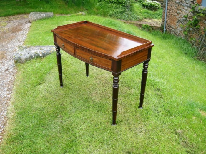 Mahogany bow fronted side table, 1820
